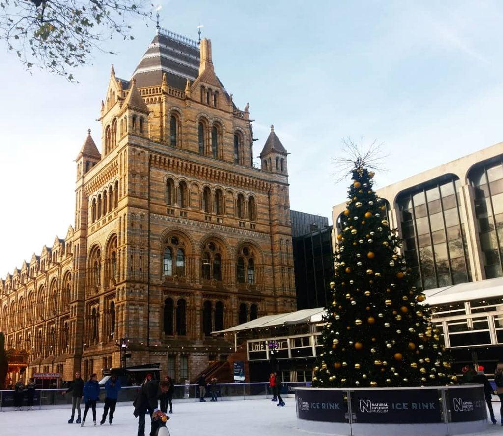 Museo de Ciencias Naturales de Londres con decoración de Navidad