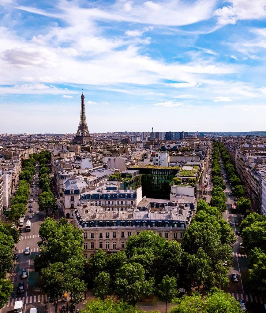 Vistas a la torre Eiffel desde el Arco del Triunfo.