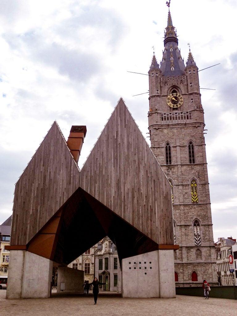 Edificio Stadshal de Gante en un día