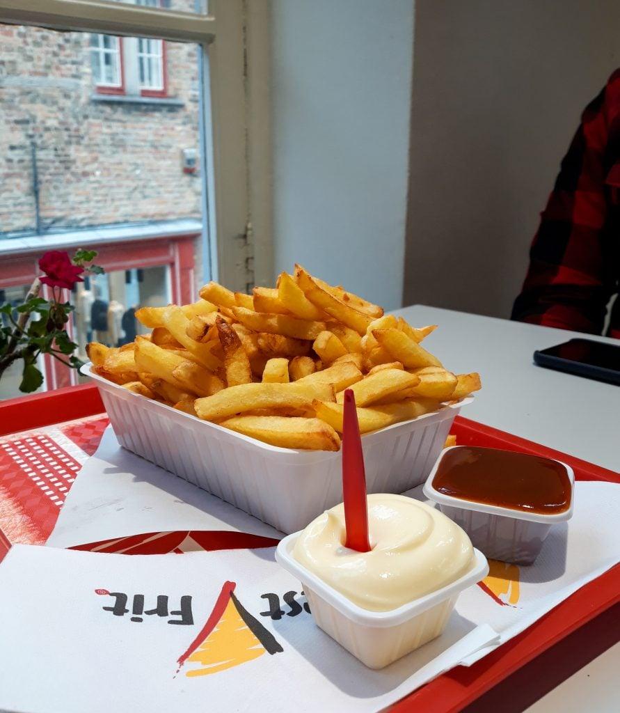 Patatas fritas belgas con salsas