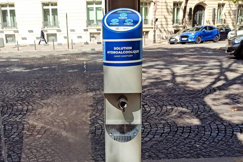 Gel desinfectante en las calles de París