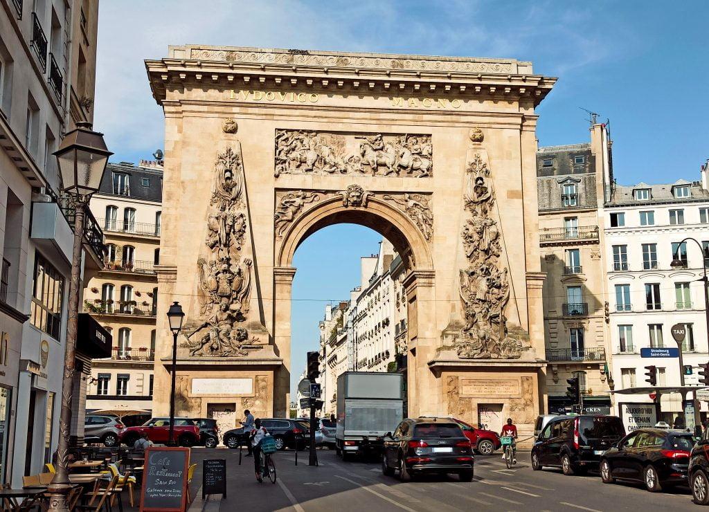 Puerta de Saint-Denis, vista de frente con bastante tráfico alrededor, en Distrito X de París